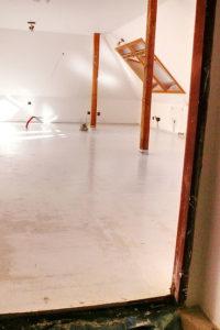 anhydritové podlahy nebo betonové podlahy-dům po rekonstrukci